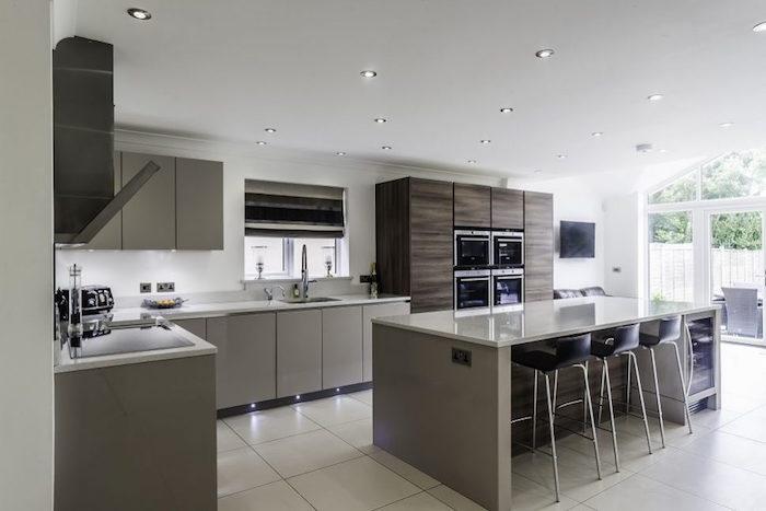 modele cuisine moderne et chaleureuse avec carrelage et ilot central