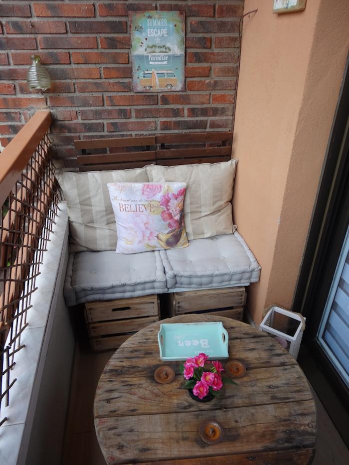 mobilier diy pour balcon, fabriquer un salon d'exterieur avec materiel de recup, faire une table avec une tourelle, canapé en caisse en bois déco