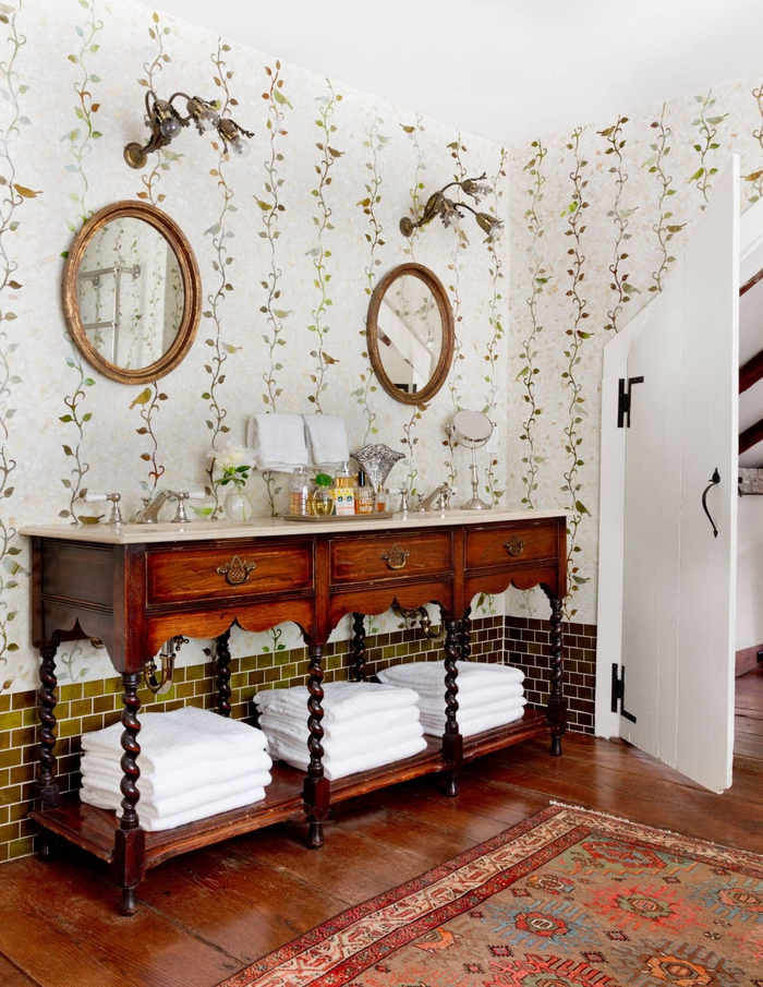 salle de bain ancienne équipée d'une console vintage à colonnes torse transformée en meuble double vasque