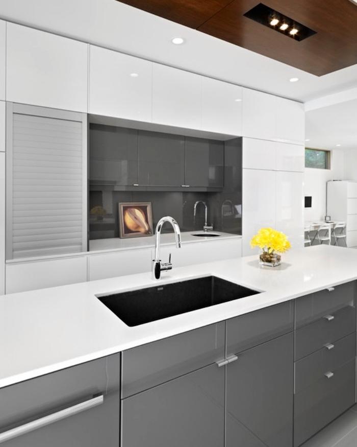 cuisine moderne blanche et gris laqué brillant avec plan de travail blanc