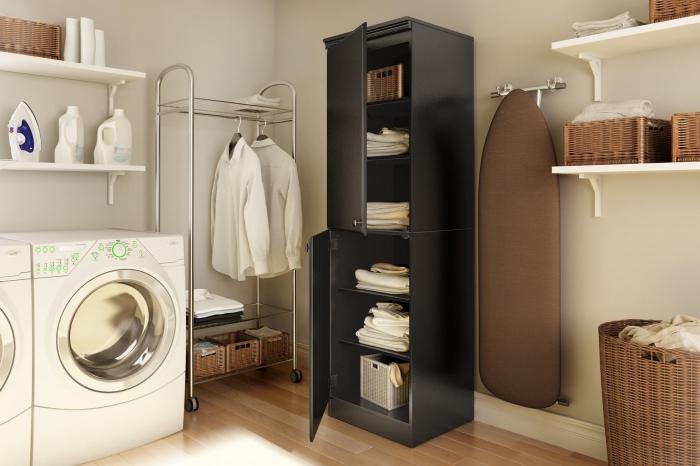 modèle d'étagère machine à laver en blanc, comment arranger les produits et accessoires de nettoyage sur rangement vertical