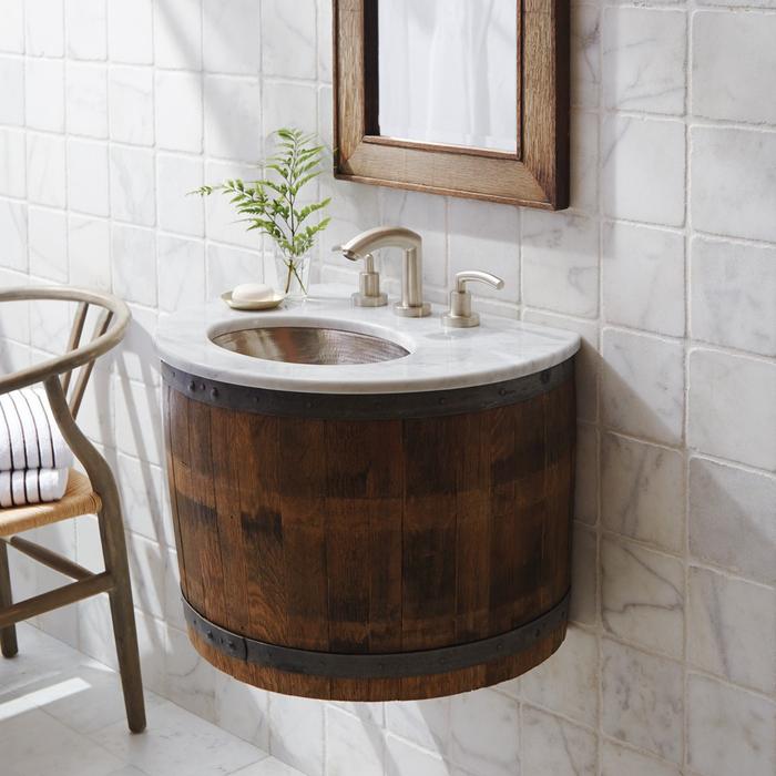 idée originale pour fabriquer un meuble salle de bain à partir d'un tonneau de vin récupéré qu'on transforme en meuble-vasque flottant