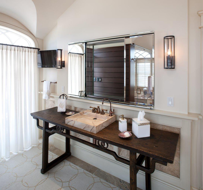 table ancienne en bois massif transformée en meuble salle de bain original, avec une vasque à poser rectangulaire en marbre beige