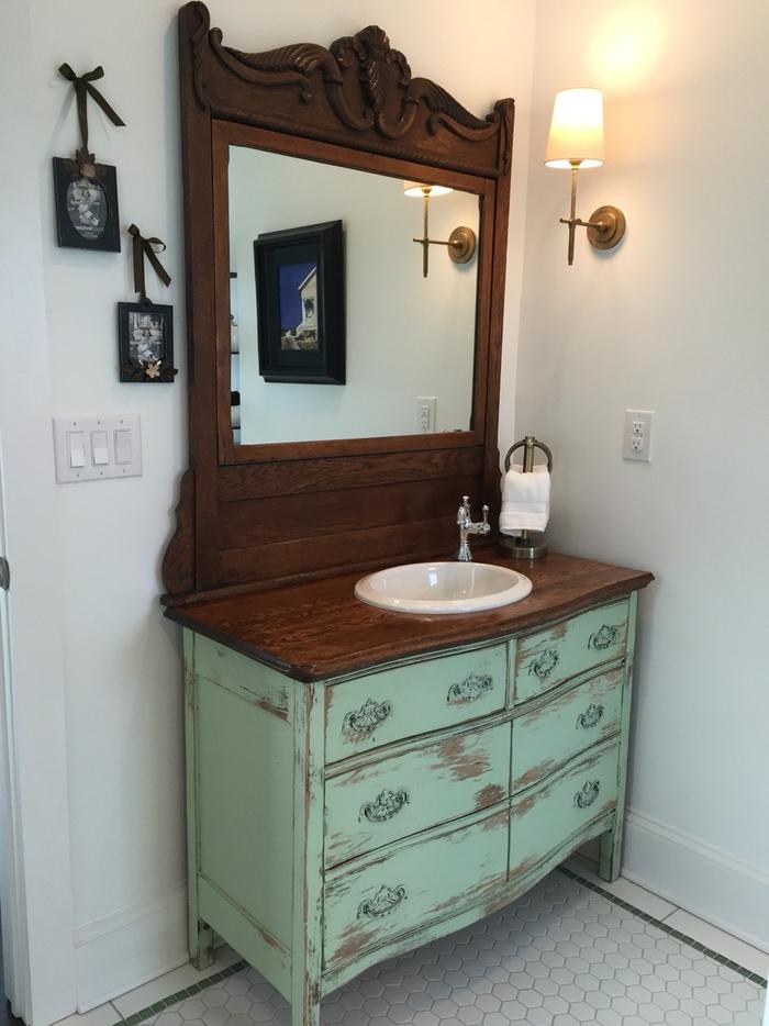 un meuble recup avec vasque et miroir encastrés d'aspect vieilli pour une touche vintage authentique dans la salle de bain campagne chic