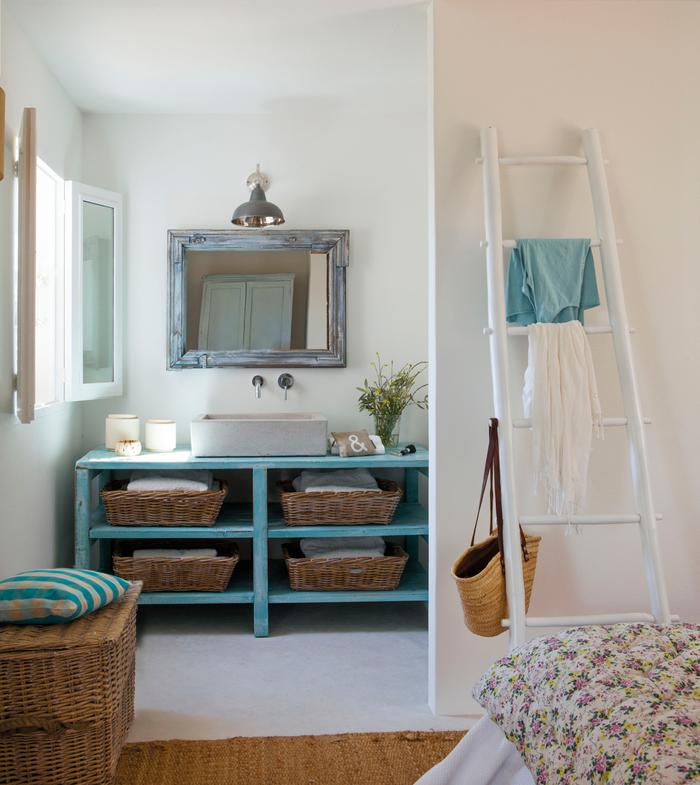 jolie deco sdb de style bord de mer en blanc et turquoise avec un meuble sous vasque récup et miroir ancien