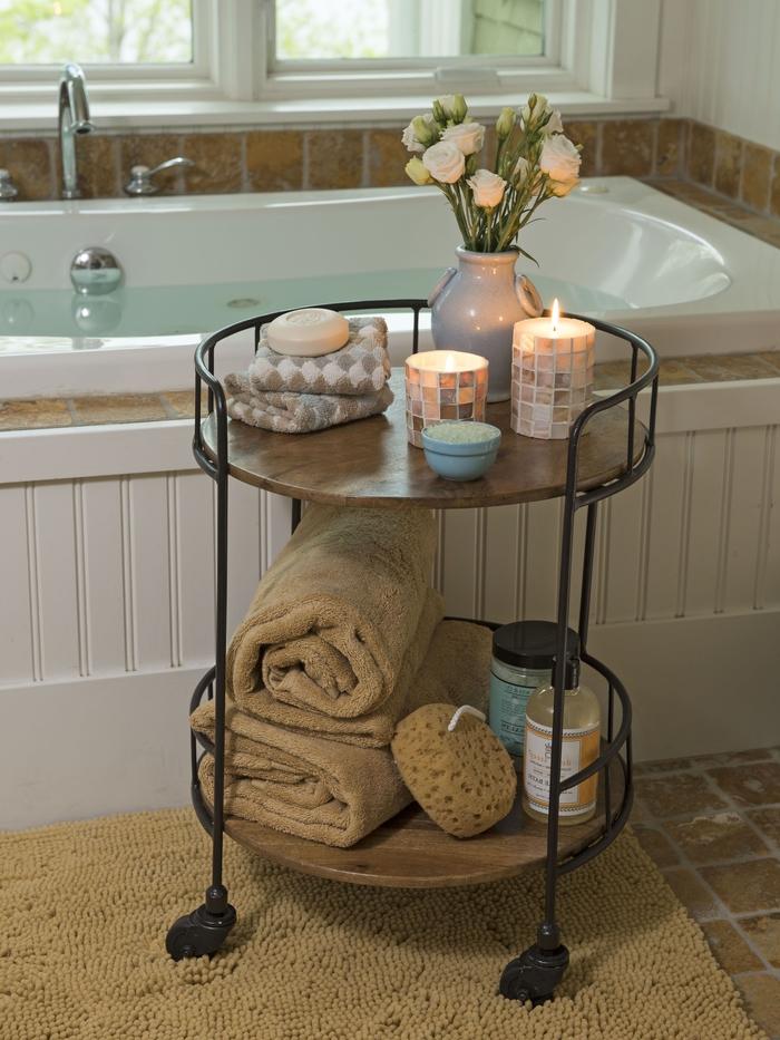 détournez une petite table d appoint en meuble salle de bain original et fonctionnelle qui accueillera les petits objets du quotidien