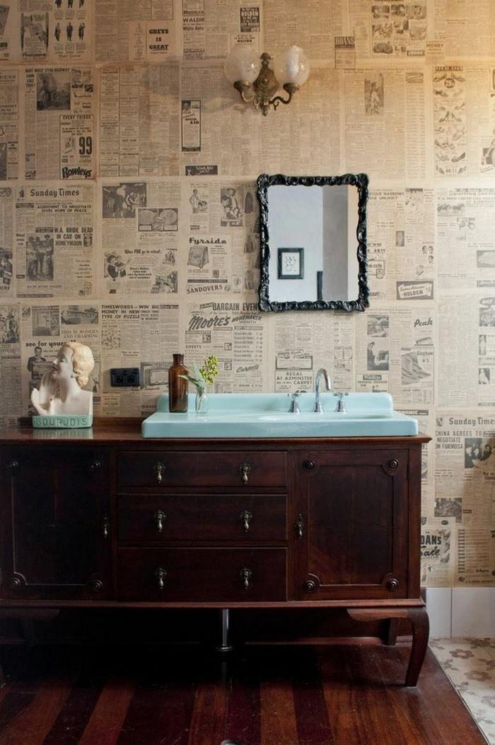 une commode sans de bains éclectique en bois antique massif avec une vasqie encastrée en bleu pastel pour un joli effet de contraste