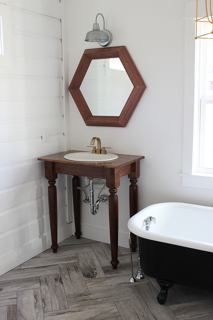 idée pour un meuble recup fonctionnel dans la salle de bain, une ancienne console transformée en petit meuble-vasque qui laisse la tuyauterie apparente