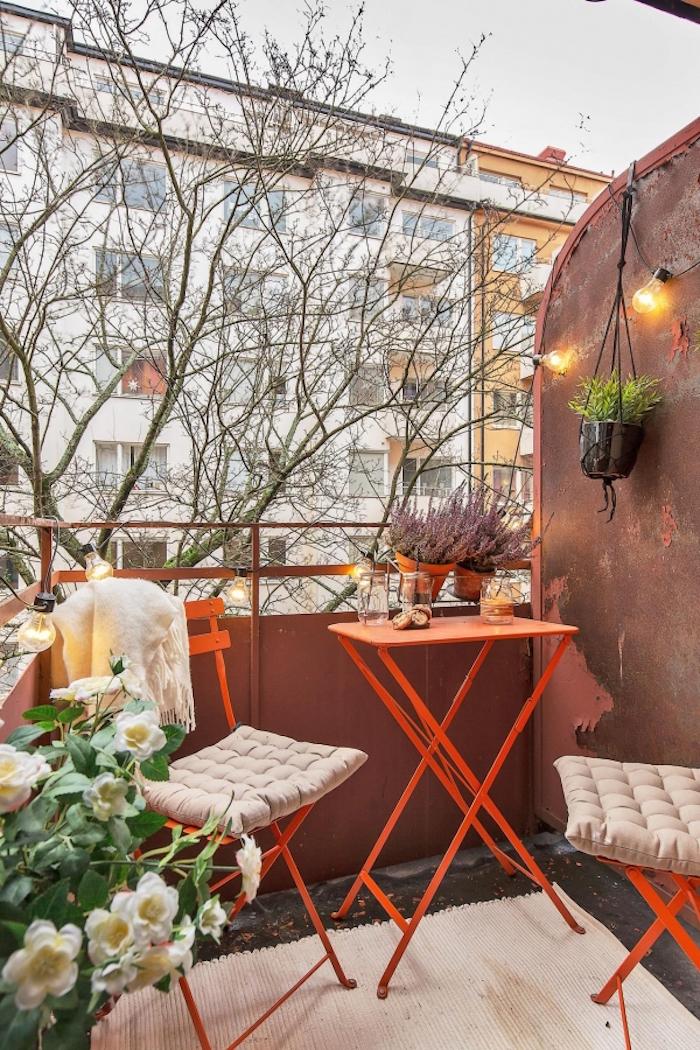 idee balcon vintage avec mur en métal, déco terrasse style berlinois, mobilier de jardin en metal orange retro