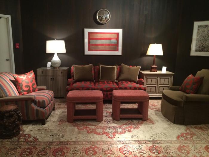 accents en couleur bordeau dans une salle de séjour modeste et artistique, tapis persan