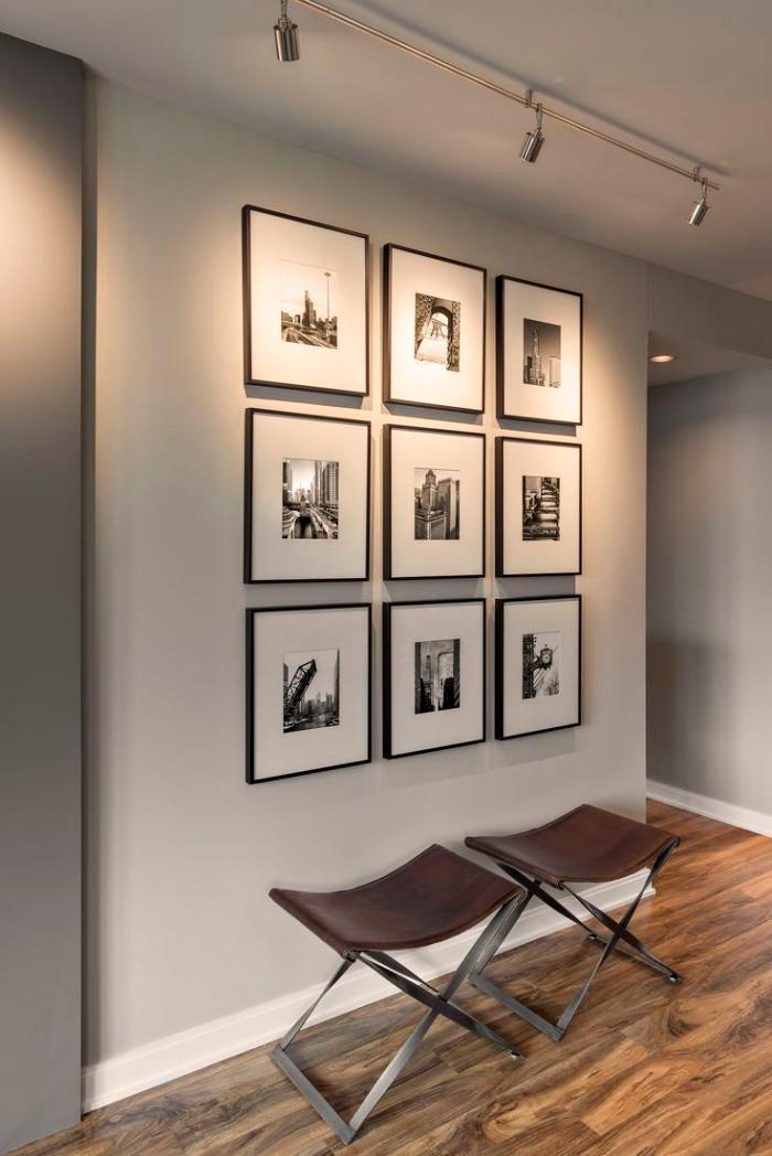 aménagement de l'intérieur moderne avec peinture murale blanc et gris, mur de cadres photos avec images blanc et noir