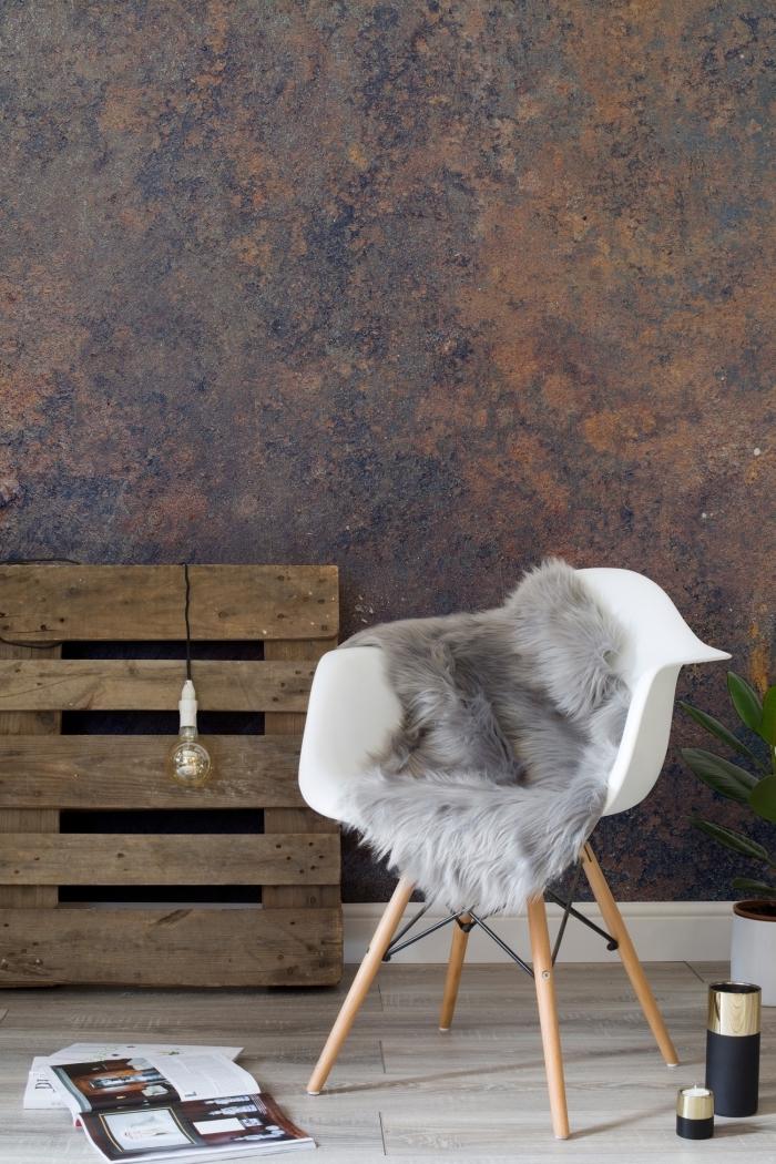 intérieur à design moderne avec papier peint pas cher foncé, chaise blanche aux pieds de bois et un rangement de palette