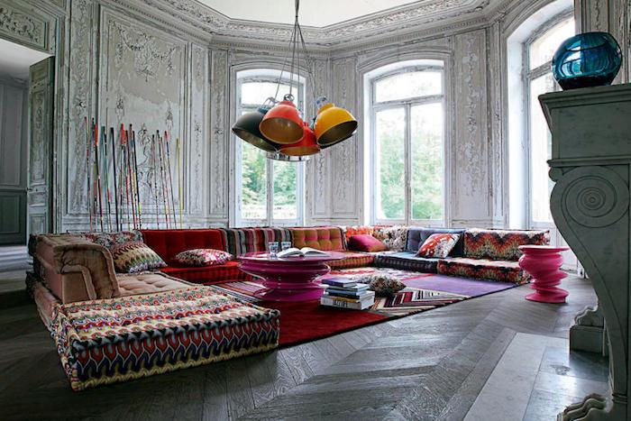 grand salon vintage avec deco style boheme chic, canapés colorés style bobo ethnique