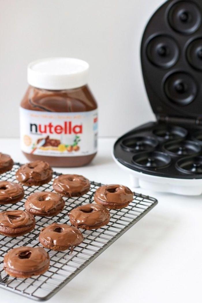 recette au nutella à l'américaine pour un petit-déjeuner gourmand de mini-donuts au glaçage chocolat préparés avec seulement trois ingrédients