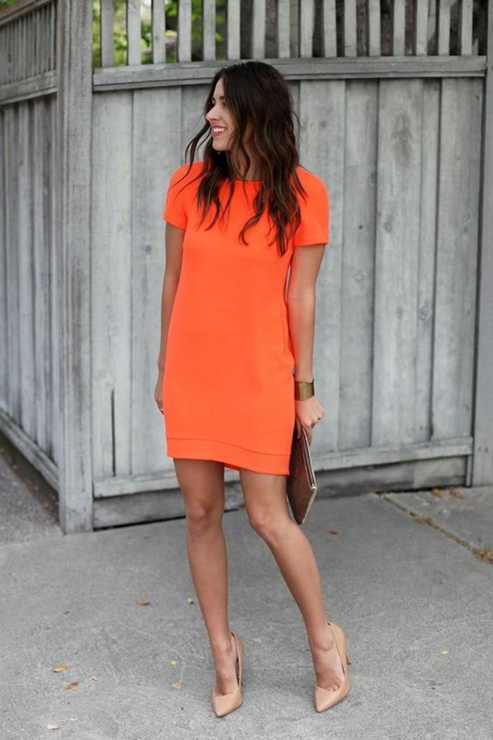 mini robe orange coupe toute simple, tombant librement sur le corps, manches courtes, sac pochette marron, chaussures pointues en couleur chair, robe habillée, comment bien s habiller