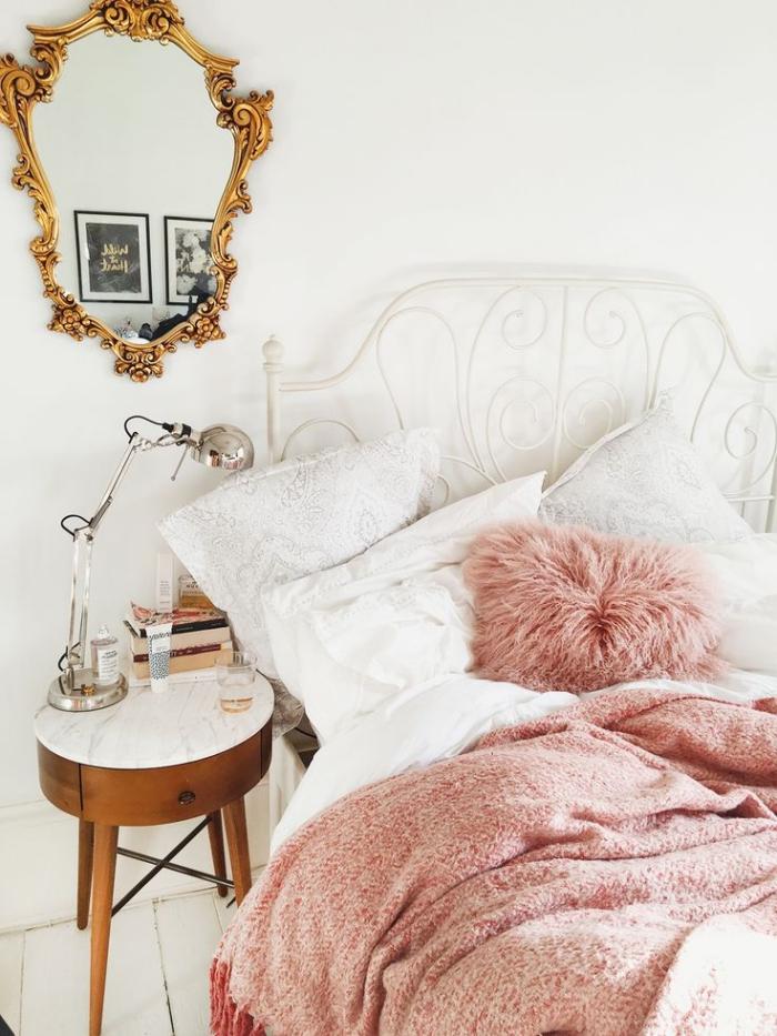 déco de chambre fille avec lit de cadre fer forgé peint en blanc, modèle de miroir rétro luxe à cadré doré et table basse en marbre et bois foncé