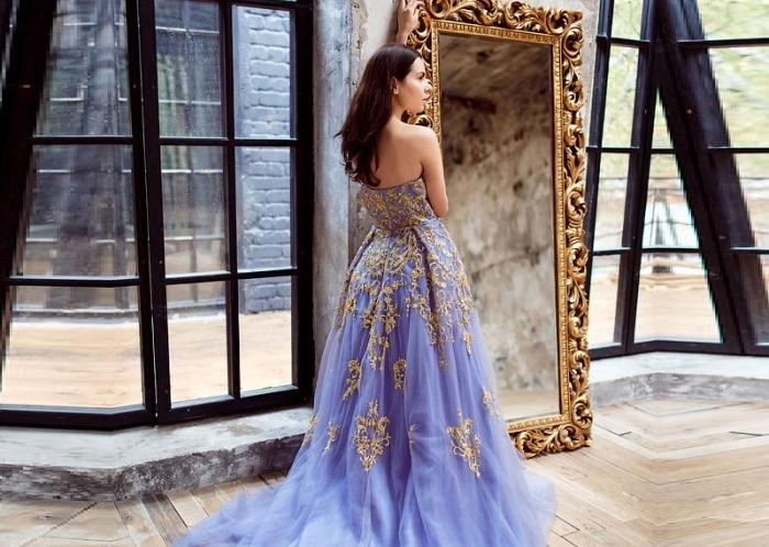 vision de princesse avec robe longue ceremonie de couleur violet tendance en jupe à volants de tulle et broderie florale en or