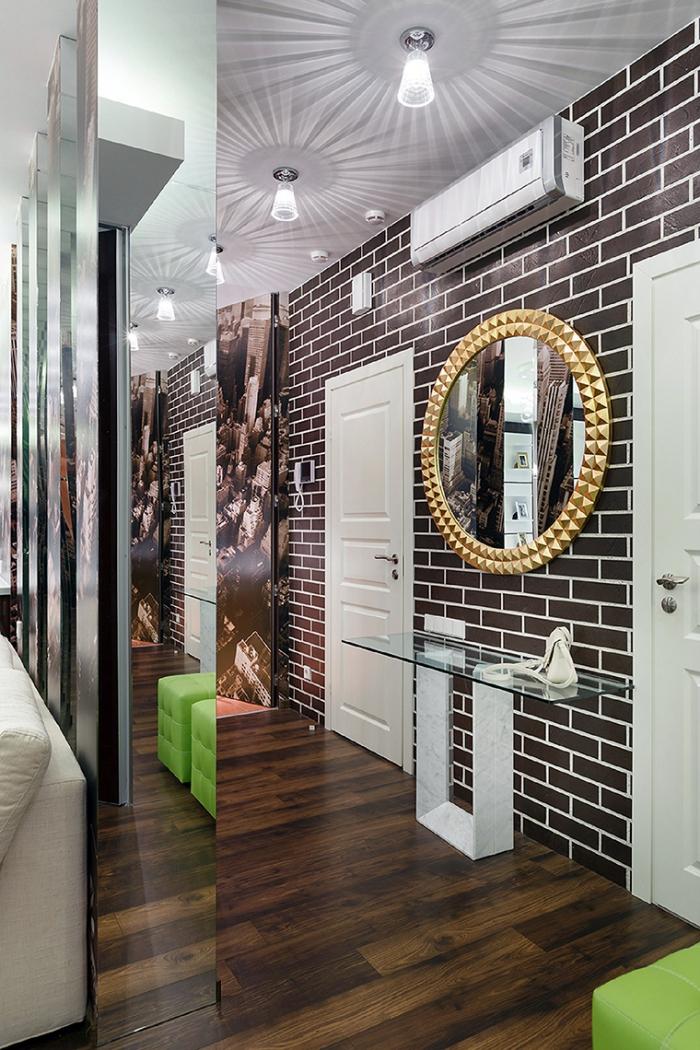 modèle de papier peint couloir à design briques marron combiné avec parquet de bois foncé et miroir à cadre doré