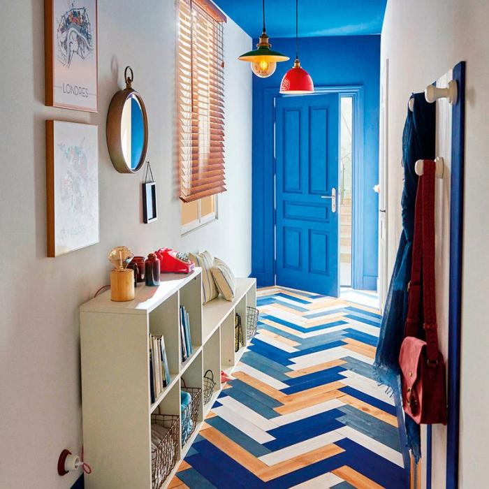 comment intégrer les couleurs fraîches dans la déco du couloir avec une porte bleu et modèle de plancher en bois coloré