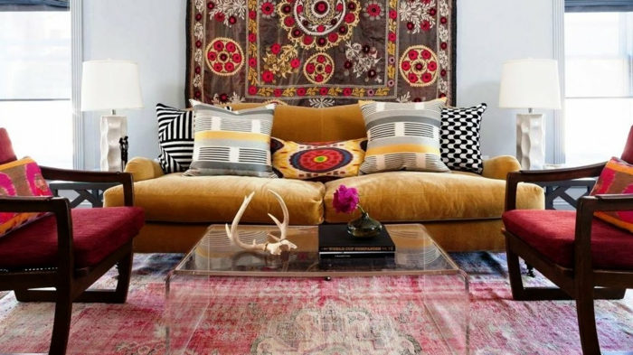 tenture murale style boho chic, tapis rouge, chaises rouges, canapé ocre