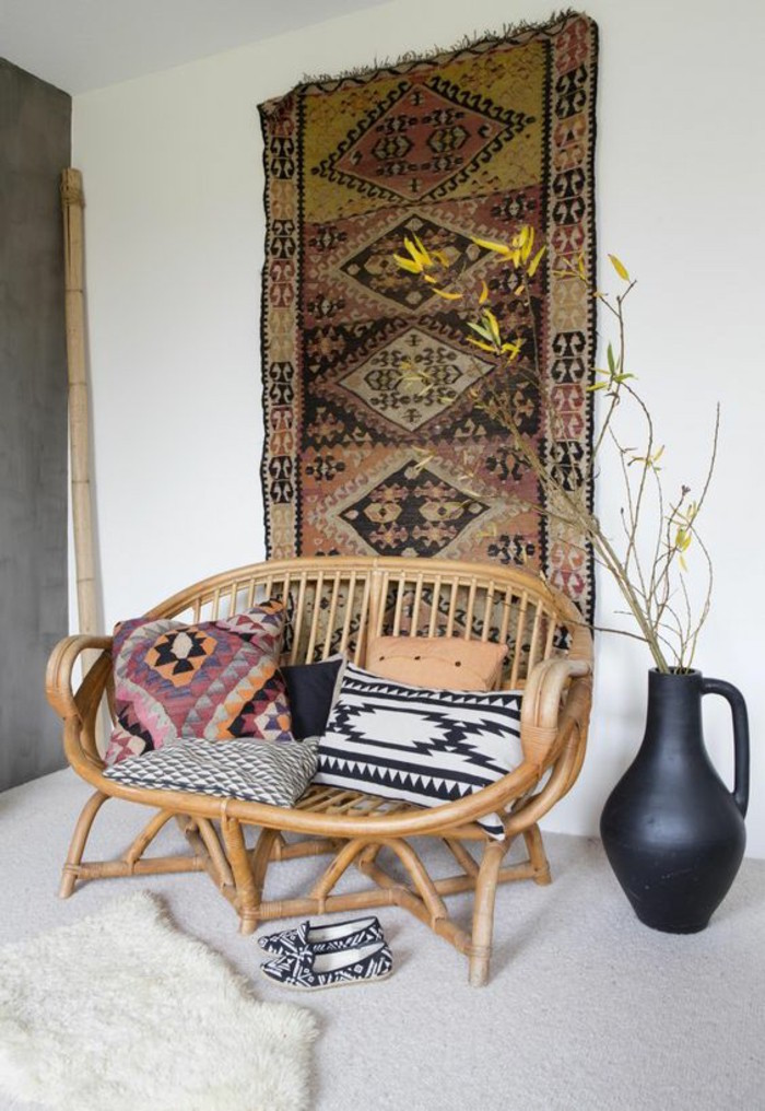 idée deco zen boheme style scandinave, décoration bobo chic simple avec tapis ethno mural et rocking chair en rotin