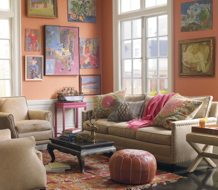 pouffe marocain en cuir marron, objets déco style boheme chic, coussins de canapé style exotique