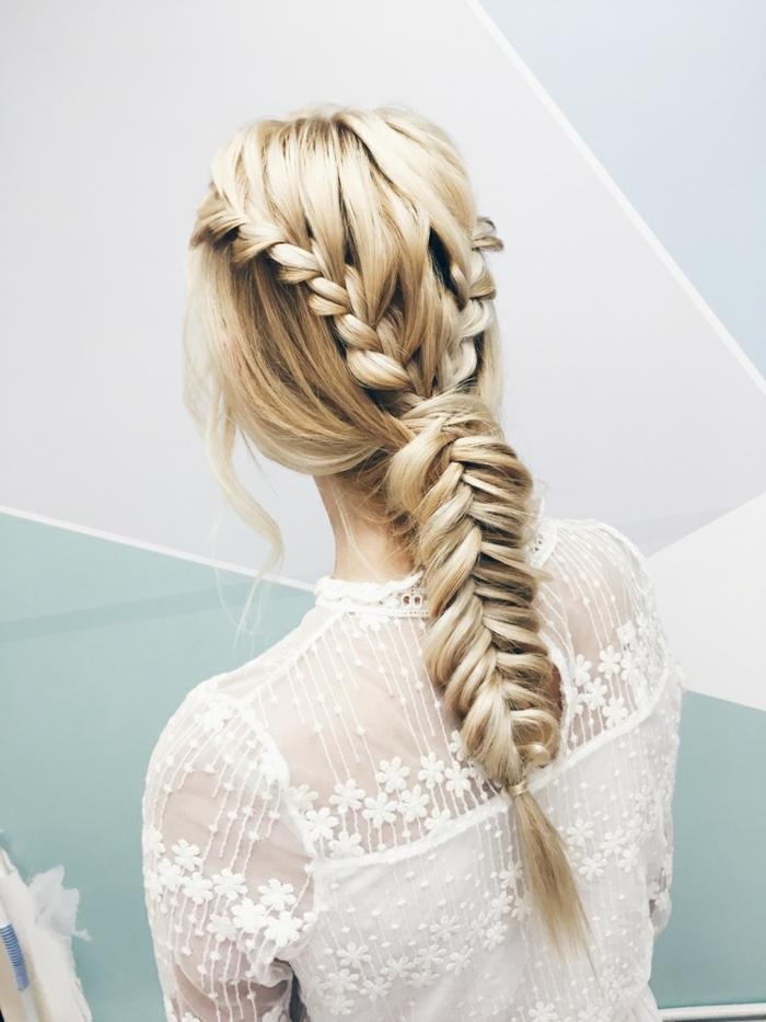 robe au dos dentellé, coiffure en tresse épi de blé, cheveux blonds, robe de mariée bohème dentelle
