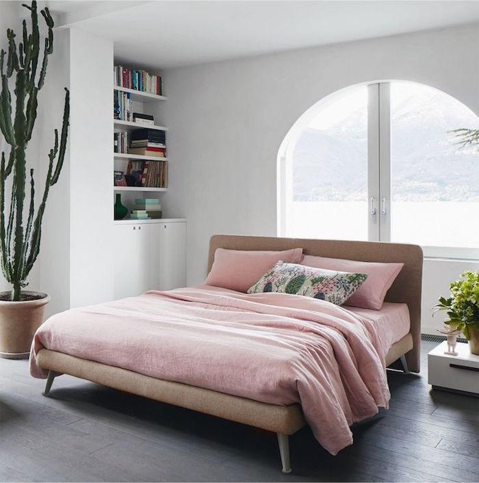 déco et inspiration chambre adulte avec murs blancs, modele lit rétro bas, installer un cactus déco dans la chambre