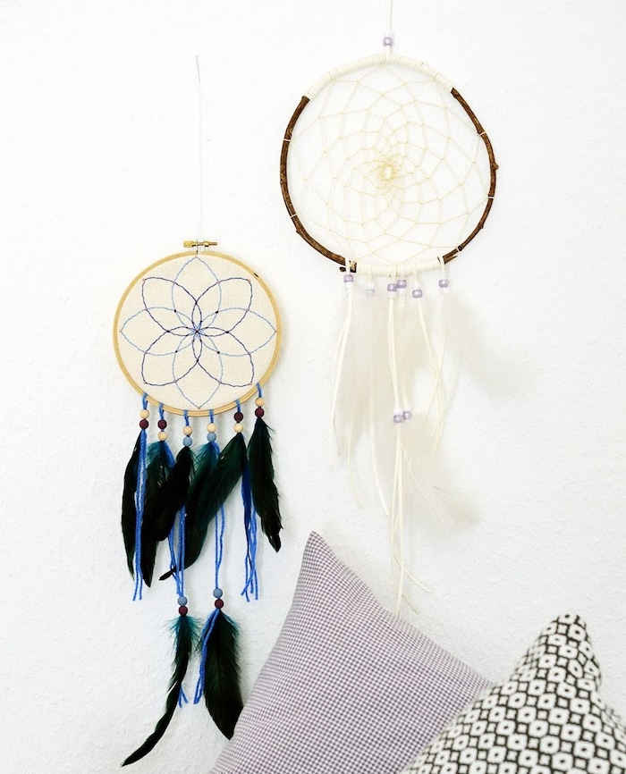 comment fabriquer un attrape rêve traditionnel et capteur de rêve avec broderie, plumes blanches et plumes noires, perle