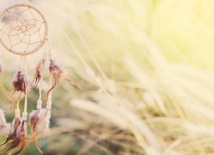 idée pour fabriquer un attrape rêve, petit cercle, enveloppé de tissu beige, décoration de perles beiges et plumes marron