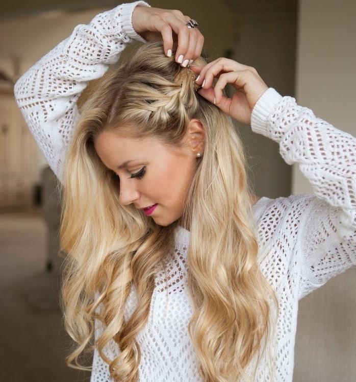 cheveux bouclés femme blond clair, tresse en épi de coté, ondulations romantiques et pull blanc tricoté