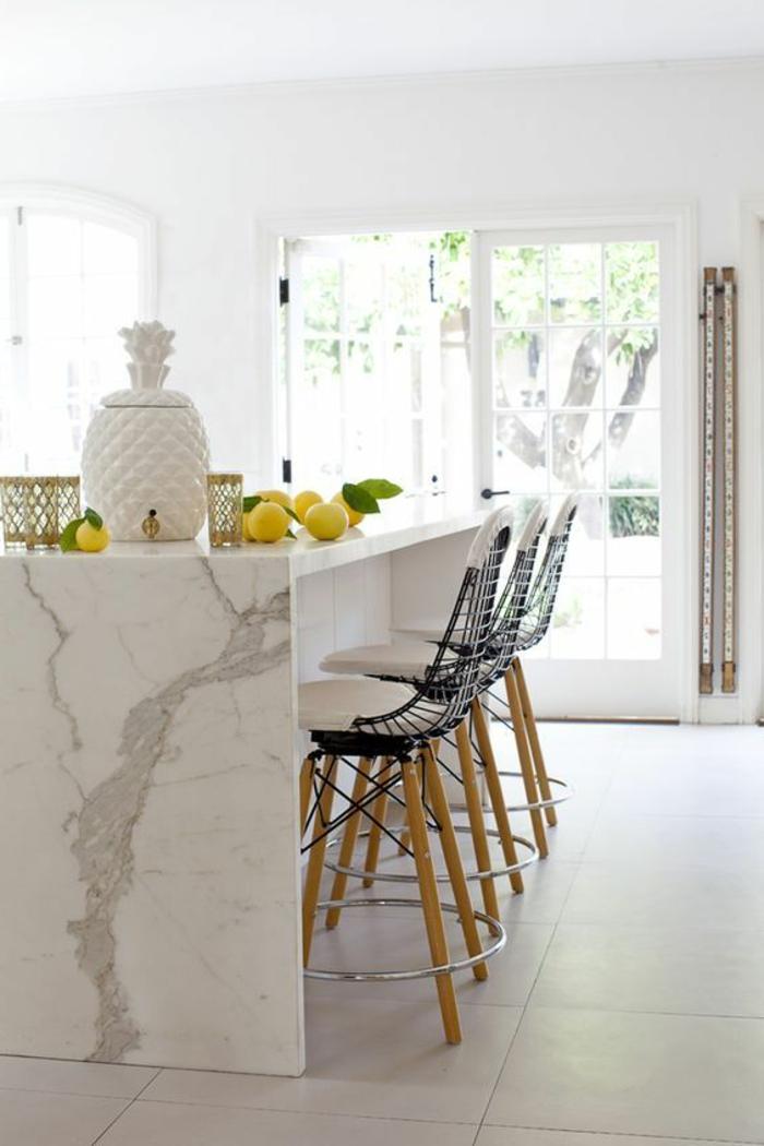 décoration nordique de cuisine, chaises design scandinave, îlot de cuisine blanc