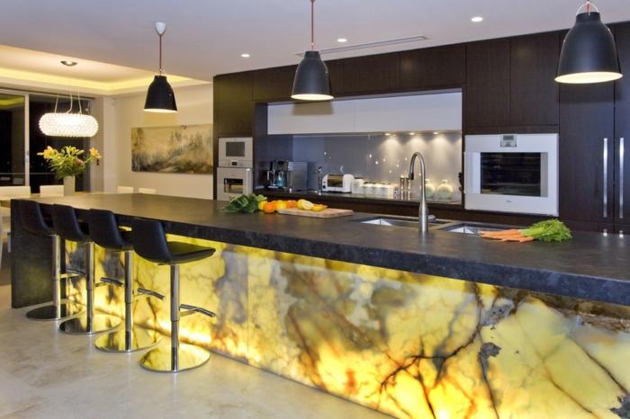 bar de cuisine en onyx, lampes noires, chaises de bar noires, comptoir noir