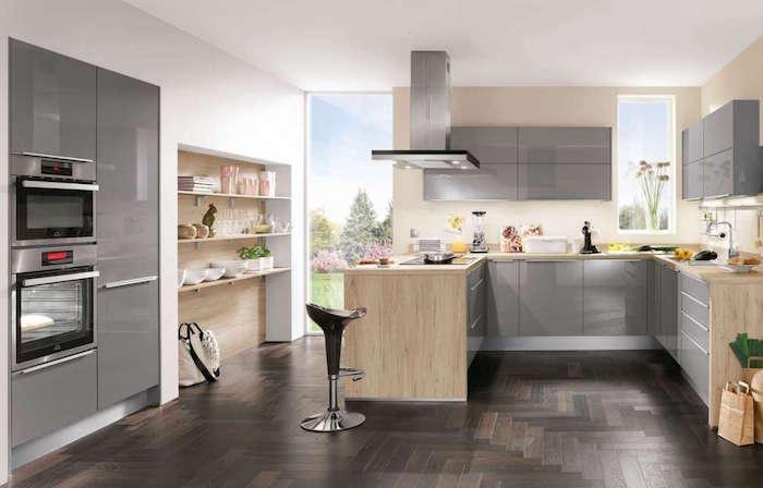 modele de cuisine aménagée grise, meubles de cuisine gris laqué sur sol marron