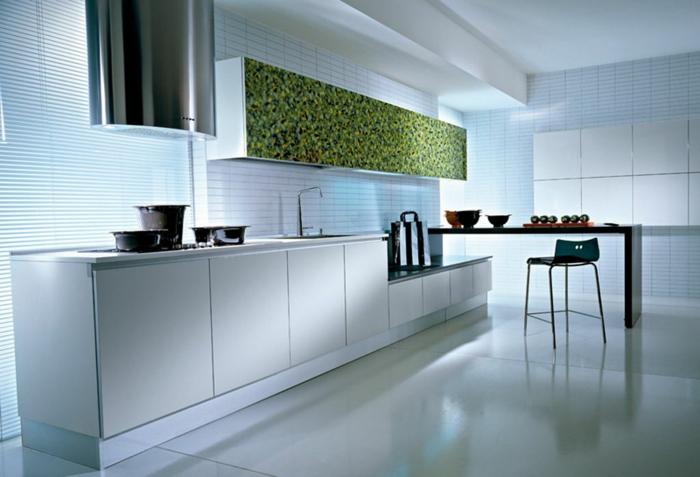 espace en longueur, amenagement cuisine, carrelage blanc, aspirateur en forme ovale, étagère avec de objets déco