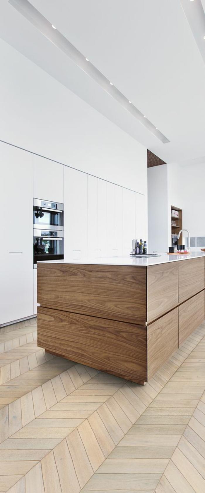 cuisine ilot, parquet beige, revetement ilot en bois PVC, plan de travail blanc, meubles blancs, dans un esprit minimaliste zen