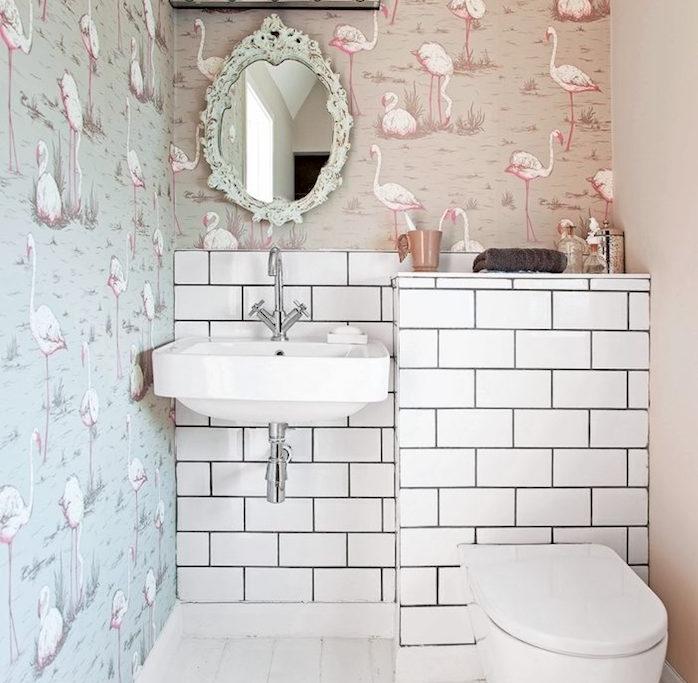 aménagement petite salle de bain 2m2, papier peint motif flamant rose, carrelage blanc, miroir baroque, parquet blanchi