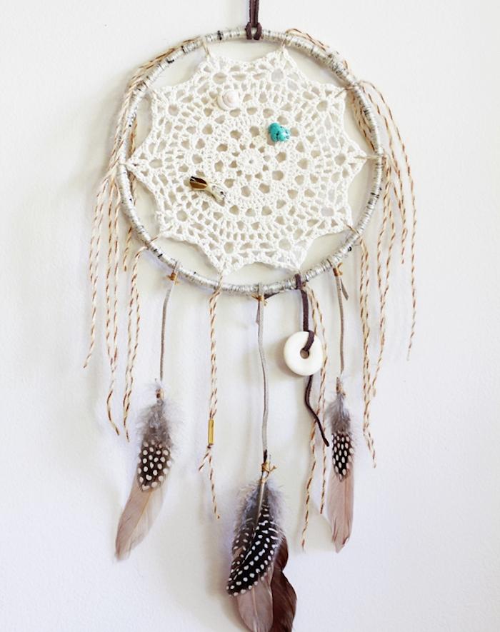 cercle pour attrape reve en branche naturelle, napperon au centre, fils blanc et beige, plumes gris