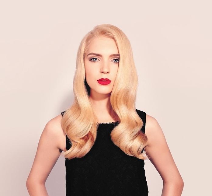 des boucles sur les longueurs, coupe cheveux bouclés longs, coloration blonde, robe noire, rouge a levres rouge