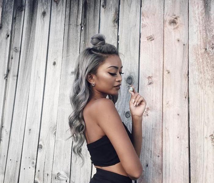 demi chignon haut sur cheveux ondulés coloration grise, femme peau mate, tenue été noir