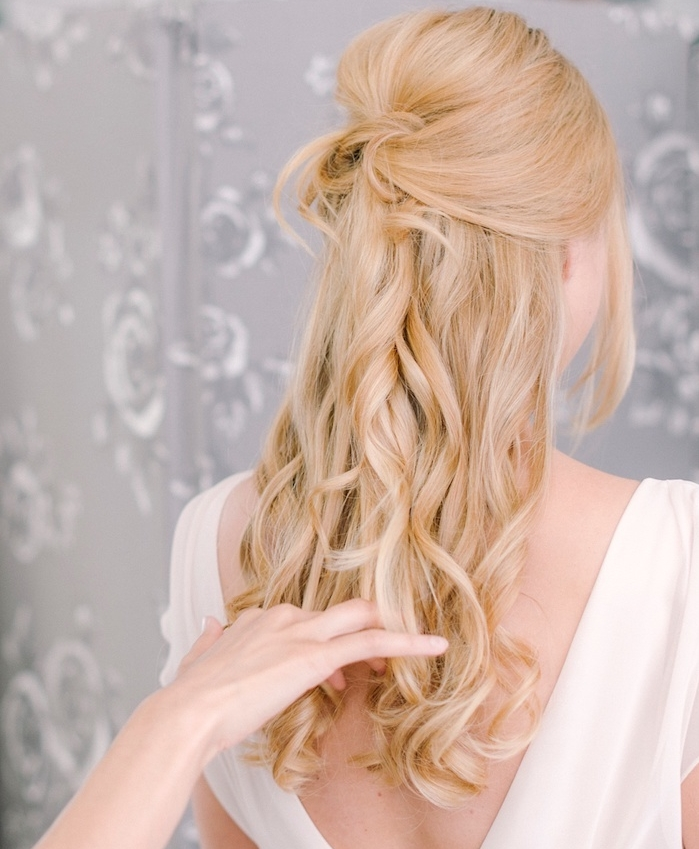 cheveux long bouclé avec boucles romantiques, demi queue de cheval et volume sur le dessus, robe blanche