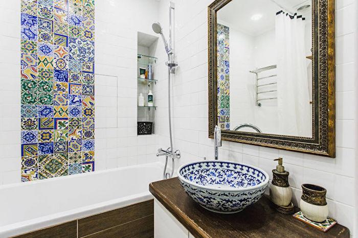 exemple petite salle de bain avec meuble sous vasque bois brut, miroir vintage, carré bande de carrelage patchwork oriental et vasque orientale