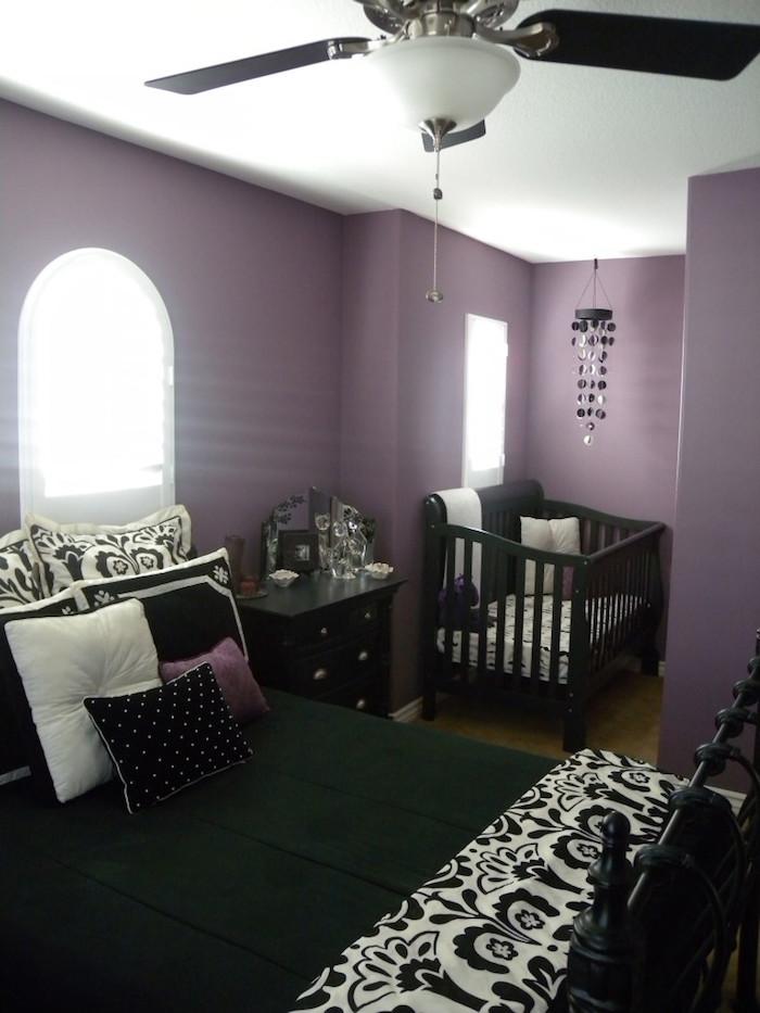 chambre de parents avec murs mauvese meubles noirs, installer lit bébé dans chambre parentale