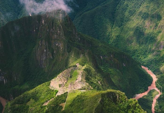 vue d'oeil d'oiseaux au-dessus des montagnes majestueuses, rayons de soleil et ombres au-dessus des collines
