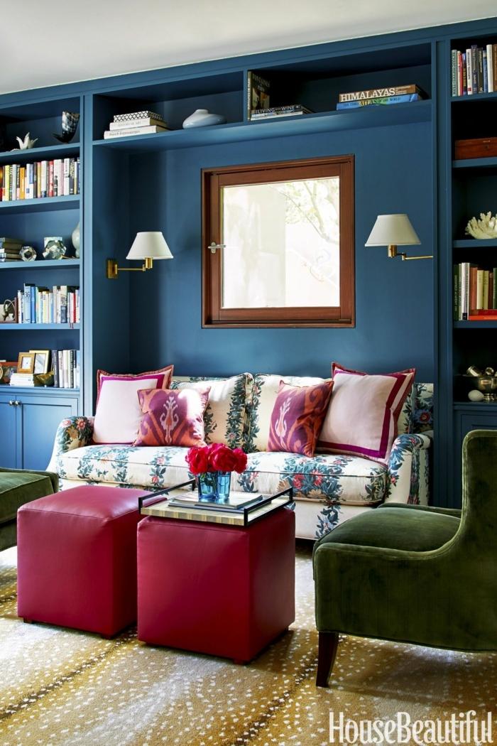 couleur pour salon bleue, canapé avec motifs floraux et étagère bleue, fauteuil vert