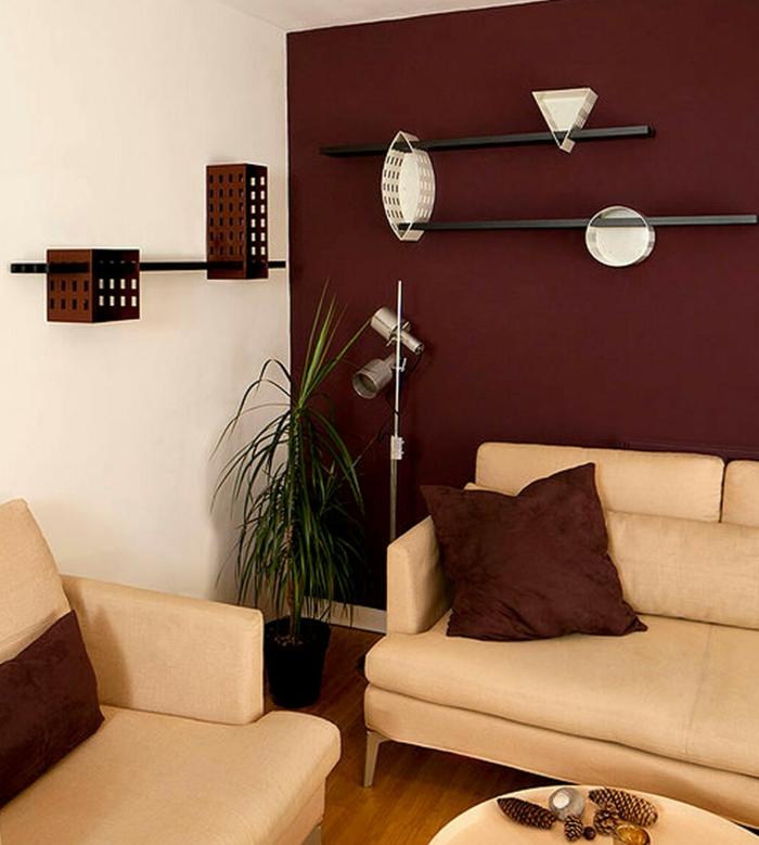 mur lie de vin couleur, sofas crème, coussins rouges, déco murale intéressante