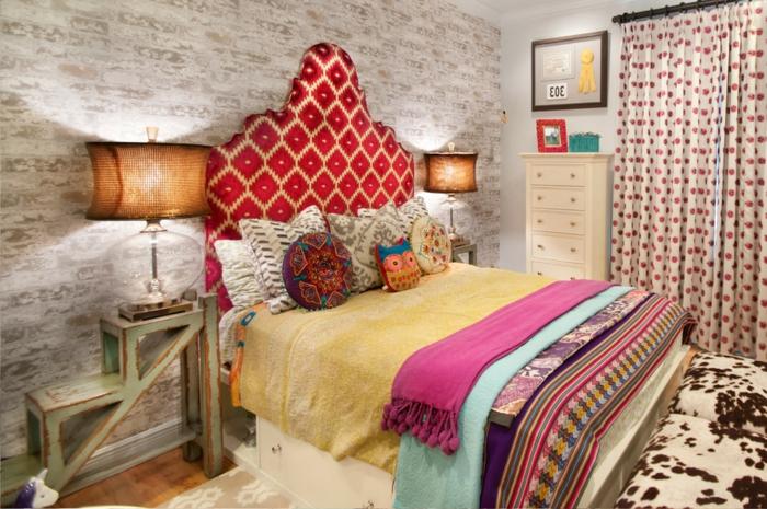 mur en briques peintes blanches, tête de lit à motifs géométriques, lampes abat-jour