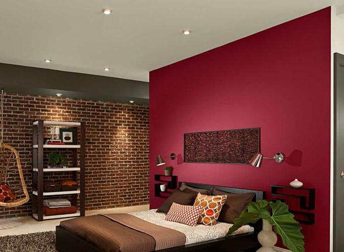 couleur peinture pourpre, parure de lit marron, mur en briques, étagère style industriel