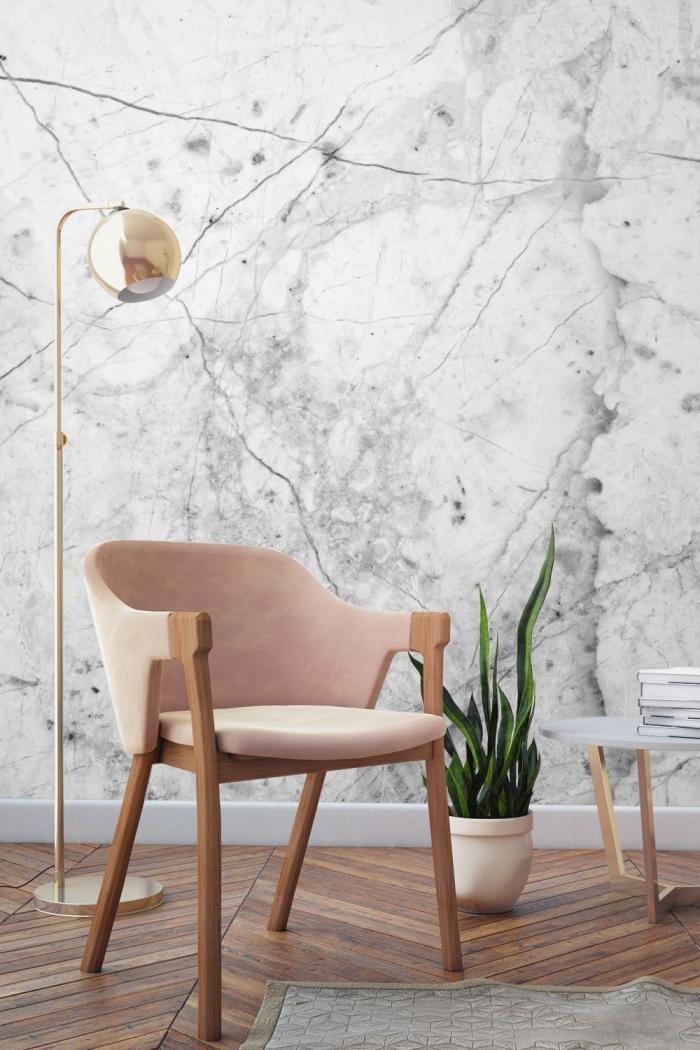 salon aux murs blanc et gris avec plancher de bois, déco de style moderne avec fauteuil de bois et rose poudré