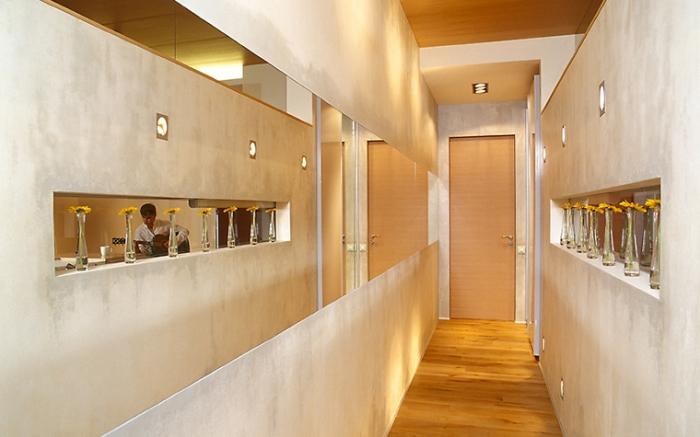 idée peinture couloir et entrée à design béton avec niches et éclairage led, comment aménager un couloir en longueur
